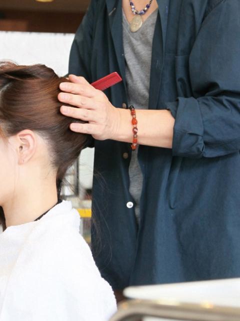 大阪で美容師の求人探しに役立つ「理美専KANSAI」には、年齢不問・高収入の求人もございますので転職希望の方もご利用ください。
